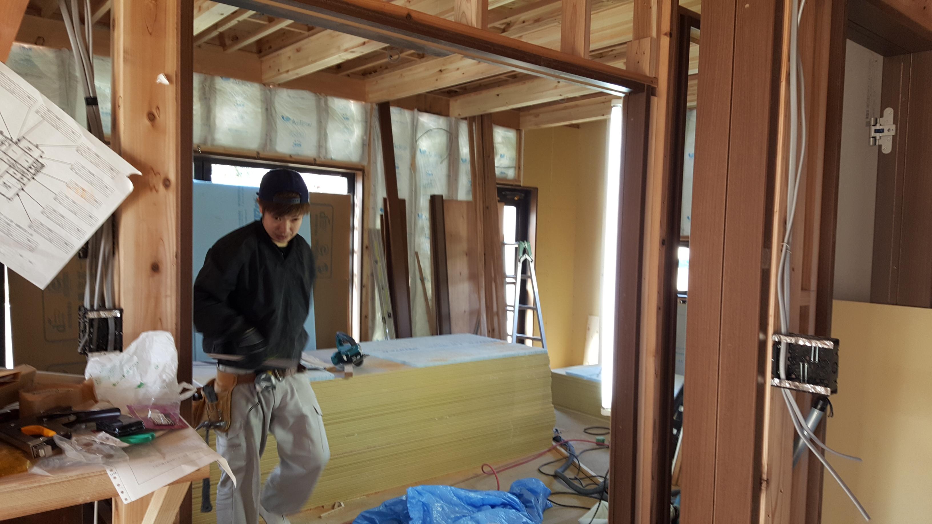 四国中央市で家を建てている大工写真