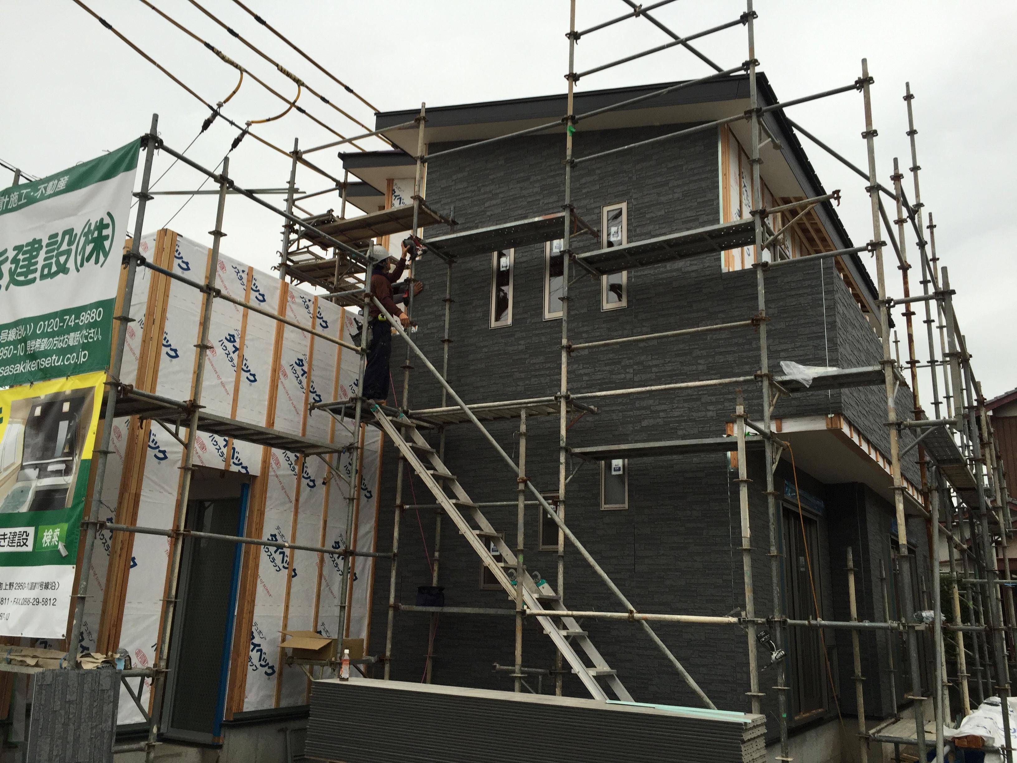 西条市で二階建ての家の足場写真