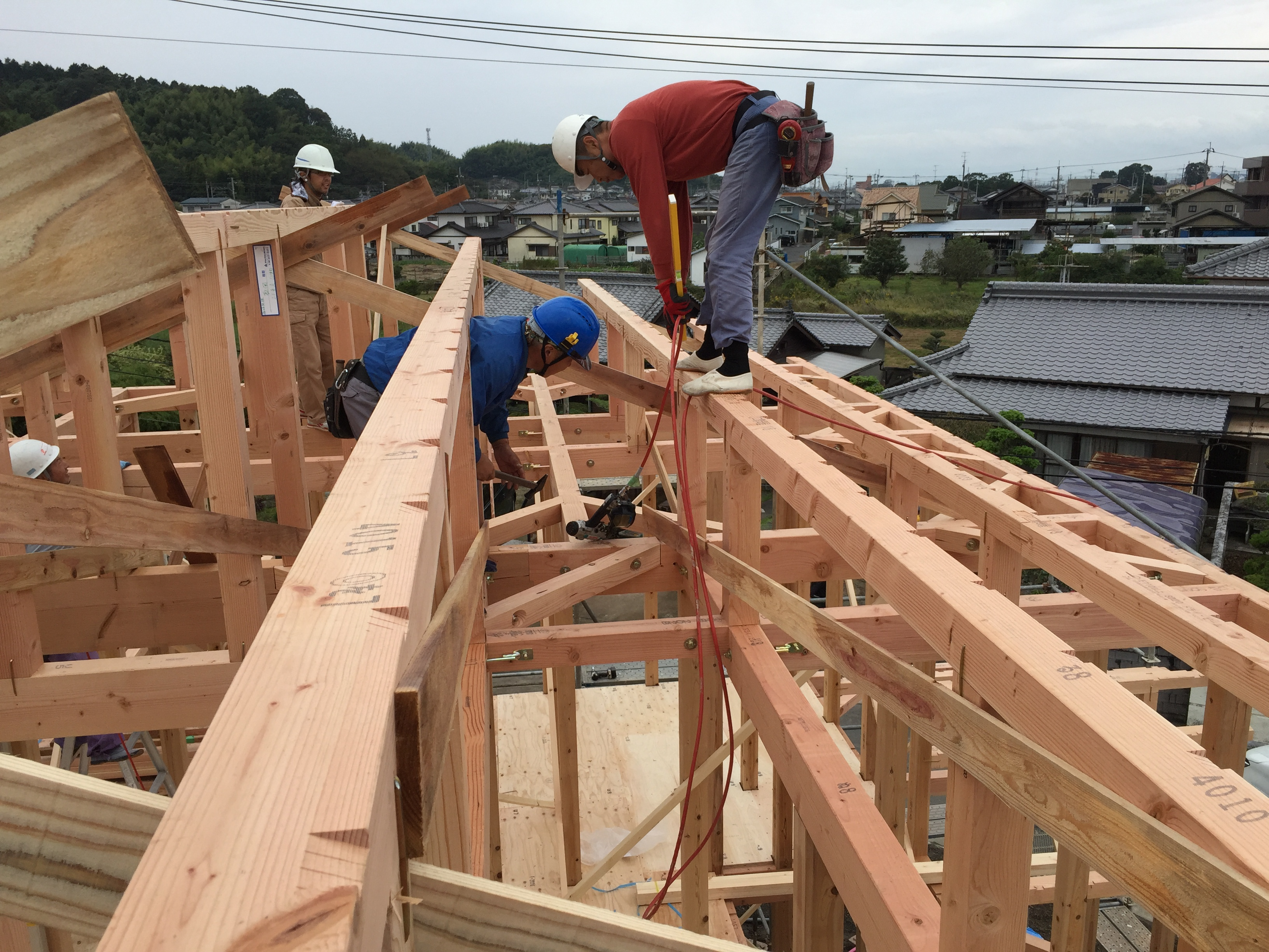 四国中央市で建設会社の建前様子写真