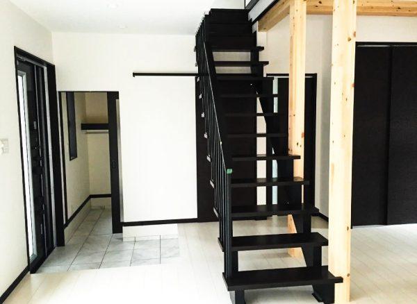 西条市で一戸建ての階段写真