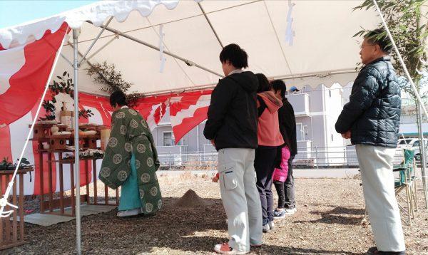 西条市で新築の家を建てるお客様の地鎮祭写真