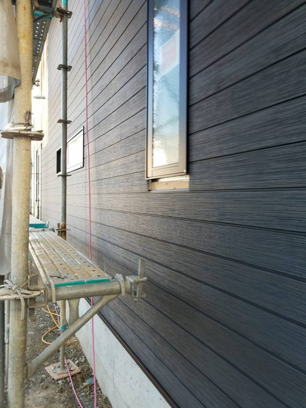 西条市でオシャレな住宅の建設中の写真