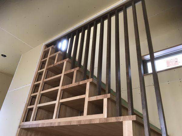 西条市でオシャレな住宅の階段収納写真