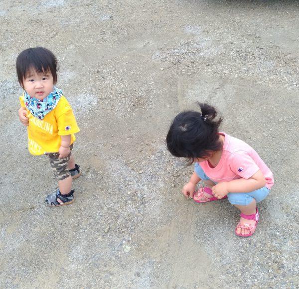 新居浜市で新築デザインの家を建てる子どもたちの写真