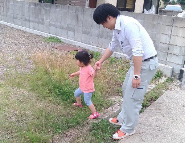 新居浜市で新築デザインを考える設計士と子どもの写真