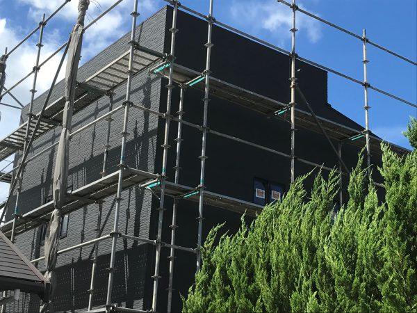 新居浜市で良い工務店が建てている足場の写真