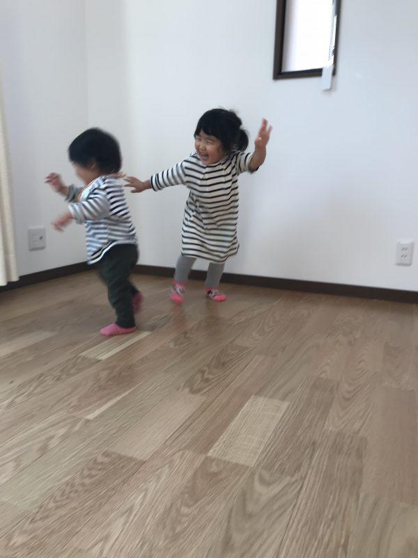 新居浜市でマイホームに喜ぶ子供たちの写真