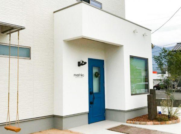 西条市で良い工務店が建てた青色のドア写真