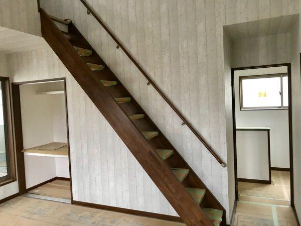 西条市でローコスト住宅の階段写真